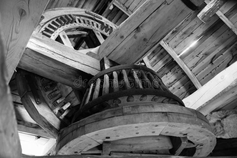 Engranajes de madera del molino de viento viejo fotografía de archivo