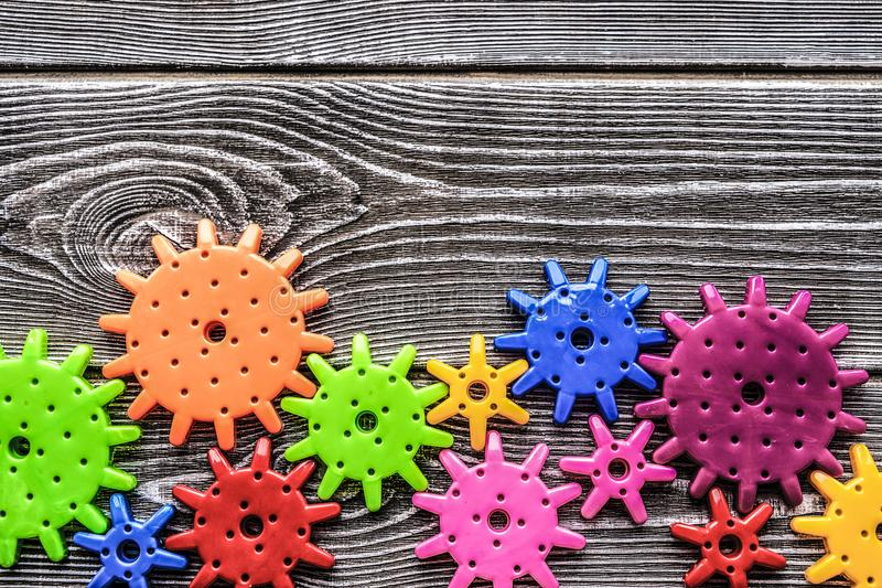 Engranajes multicolores en el fondo imagen de archivo