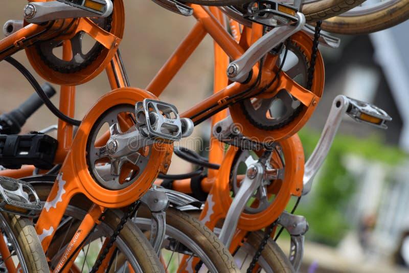 Engranajes y cadenas anaranjados de la bicicleta fotos de archivo