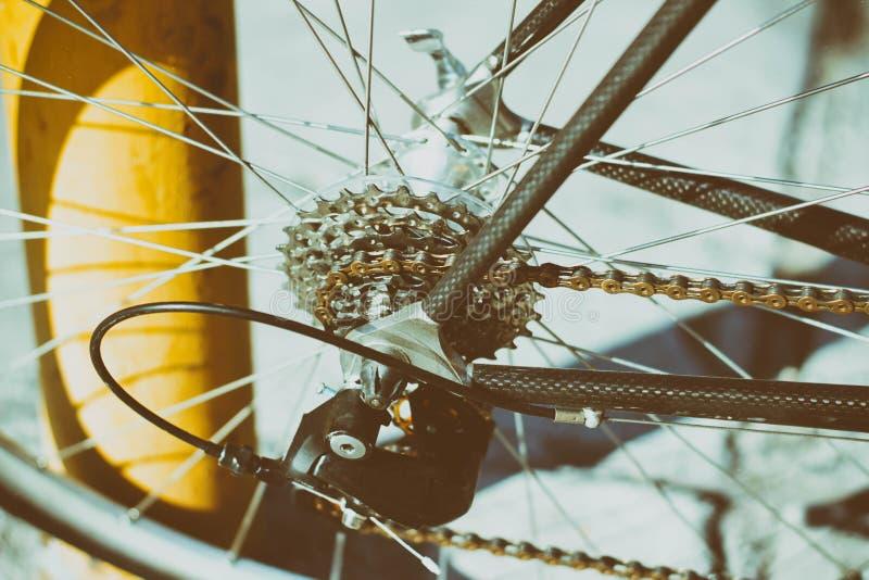 Engranajes y encadenamiento de la bicicleta foto de archivo
