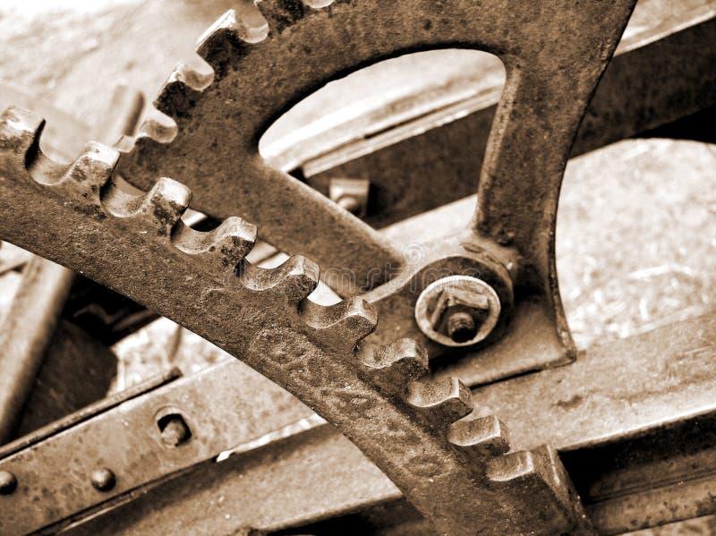 Engranajes y palancas en el arado viejo fotos de archivo