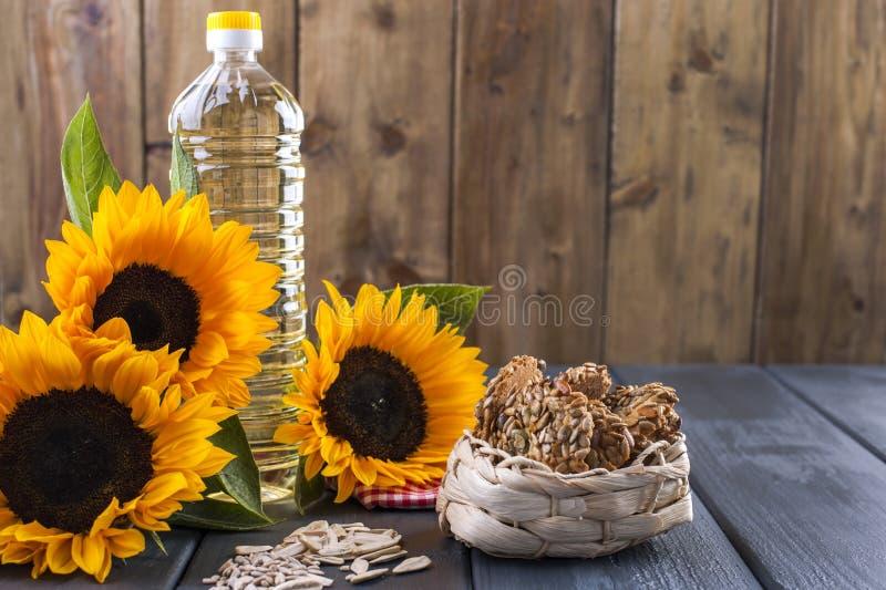 Engrase el dodsolnechnoe en una botella grande, un ramo de flores de los girasoles, en un fondo terned Hornada hecha en casa Gall imagenes de archivo