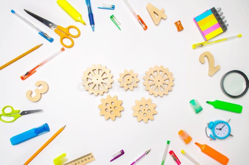 Engrenagem de madeira na mesa criativa da escola Processo educacional interação do mecanismo, princípio de ação Faculdade criador imagem de stock