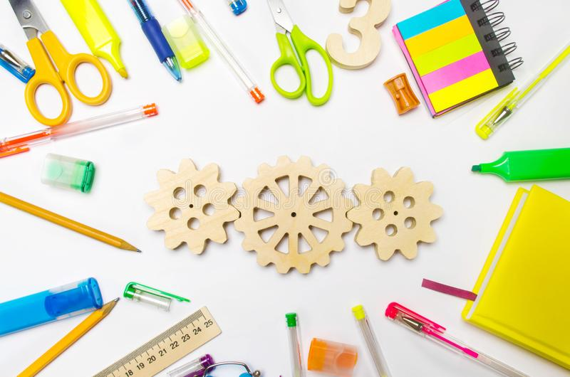Engrenagem de madeira na mesa criativa da escola Processo educacional interação do mecanismo, princípio de ação Faculdade criador fotografia de stock