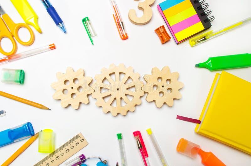Engrenagem de madeira na mesa criativa da escola Processo educacional interação do mecanismo, princípio de ação Faculdade criador imagem de stock royalty free