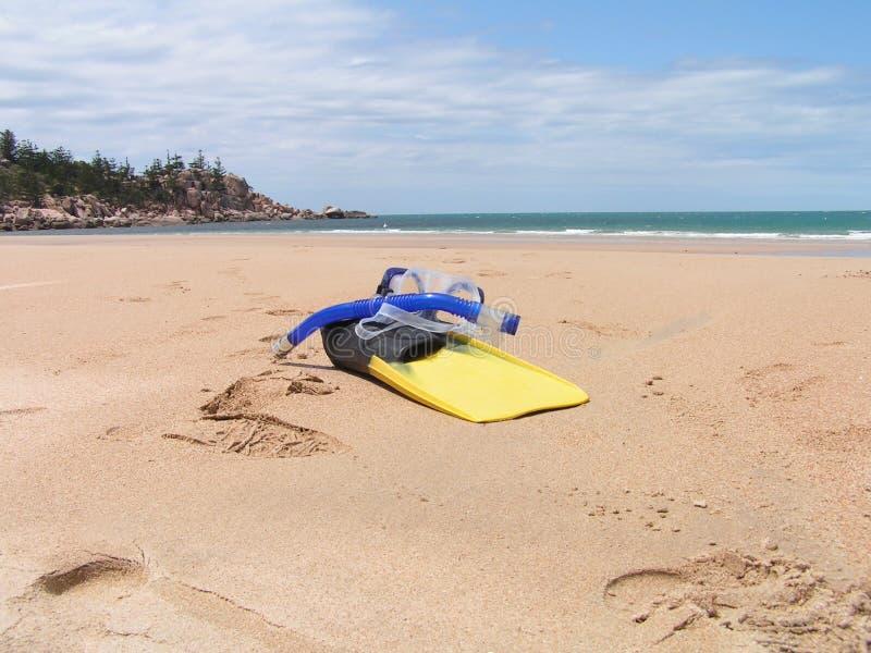 Engrenagem de Snorkling na praia imagens de stock royalty free