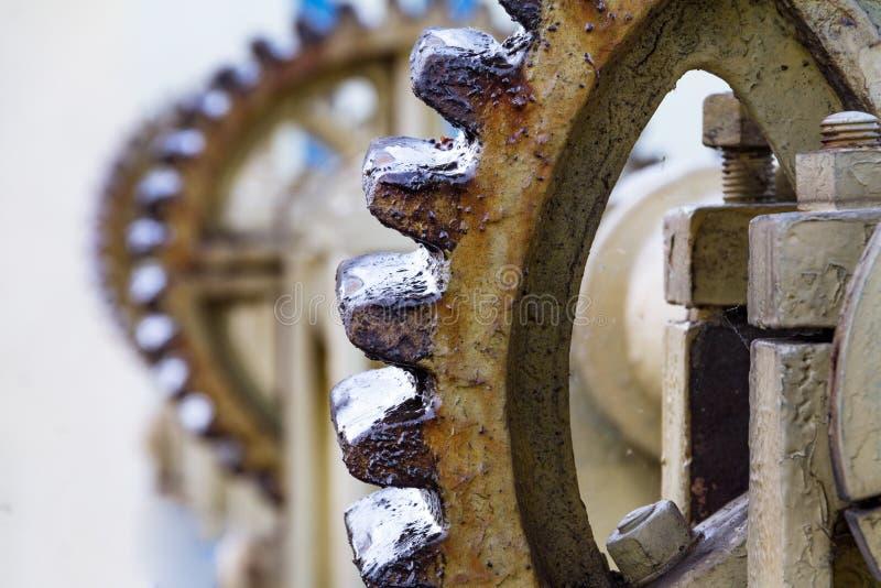 Engrenagem do elevador do vintage, guincho, cabo, grandes engrenagens para o contexto, indústria fotos de stock