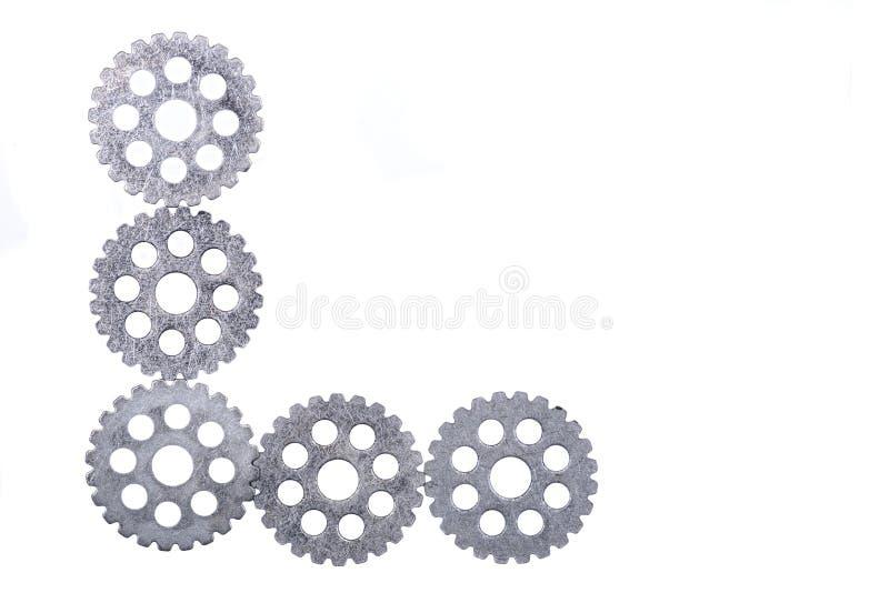 Engrenagens antigas do metal da hora do vintage velho, rodas denteadas isoladas no branco fotografia de stock