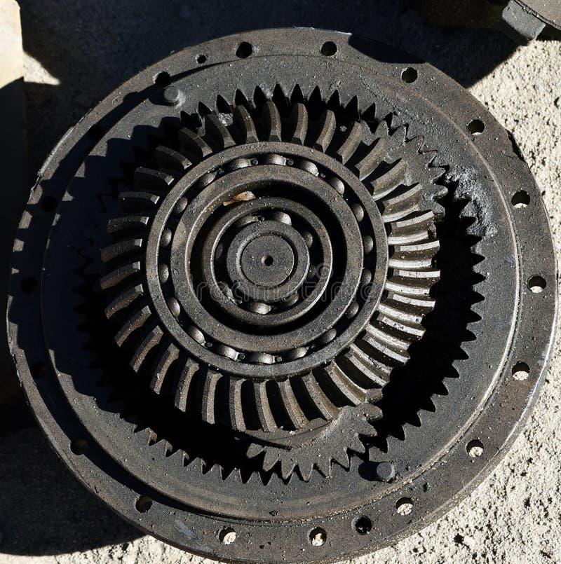 Engrenagens da roda denteada do metal que juntam-se junto do trator fotos de stock