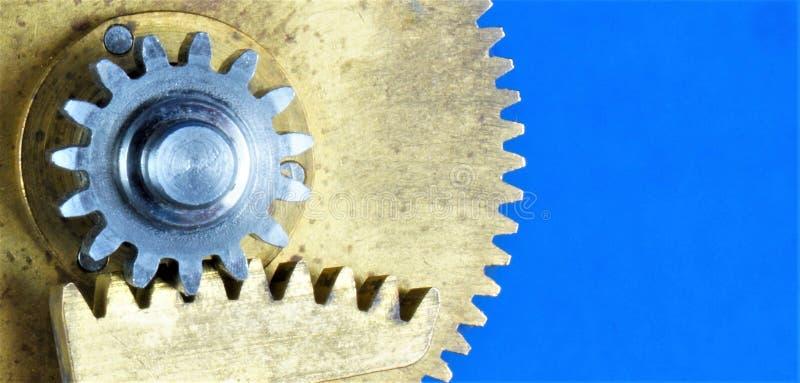 Engrenagens do círculo do vintage - os detalhes do mecanismo, o fundo são azuis As engrenagens transmitem o movimento rotatório e imagem de stock