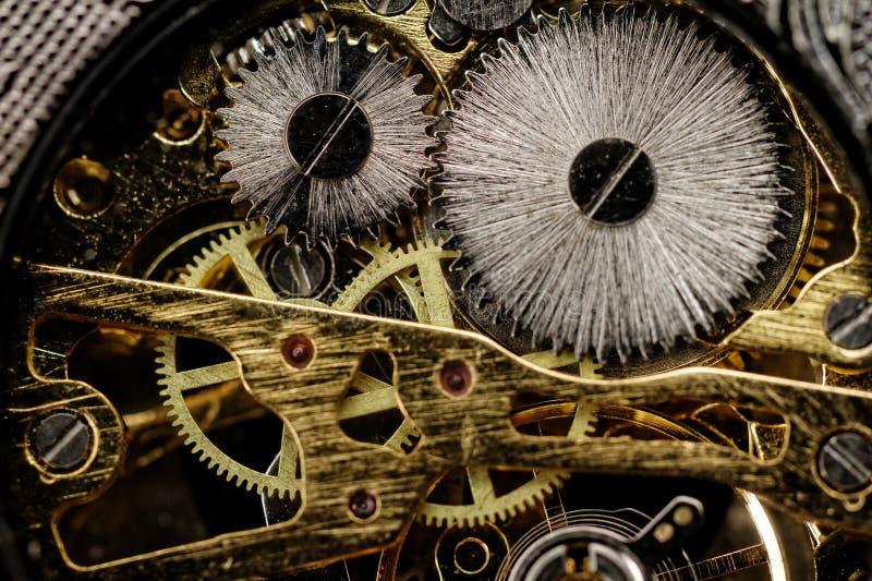 Engrenagens do relógio muito perto acima imagem de stock