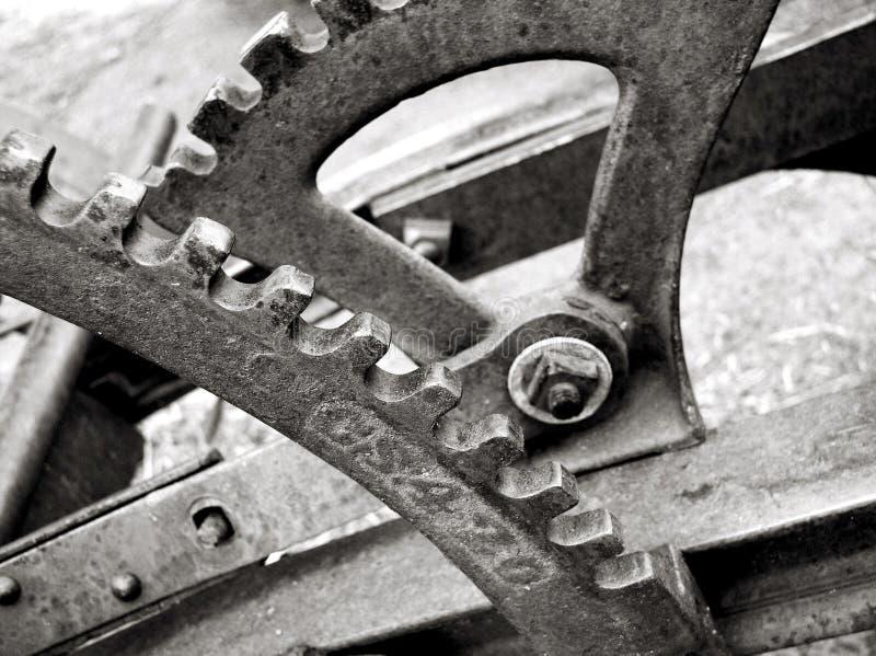Engrenagens e alavancas no arado velho imagem de stock