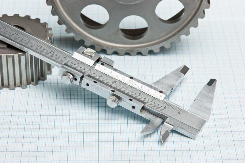 Engrenagens e compasso de calibre fotografia de stock royalty free