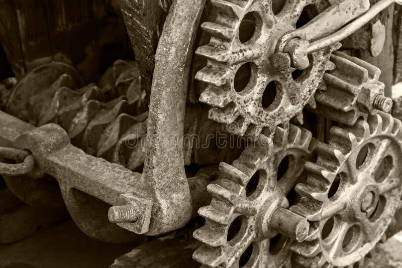 Engrenagens e rodas denteadas oxidadas do metal Mecanismo industrial velho fotografia de stock