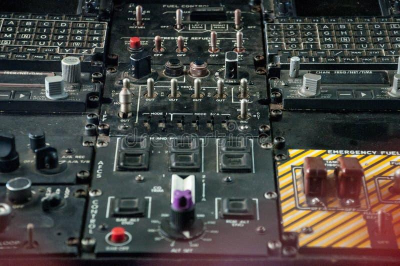 Engrenagens e swiches velhos dentro do submarino imagem de stock