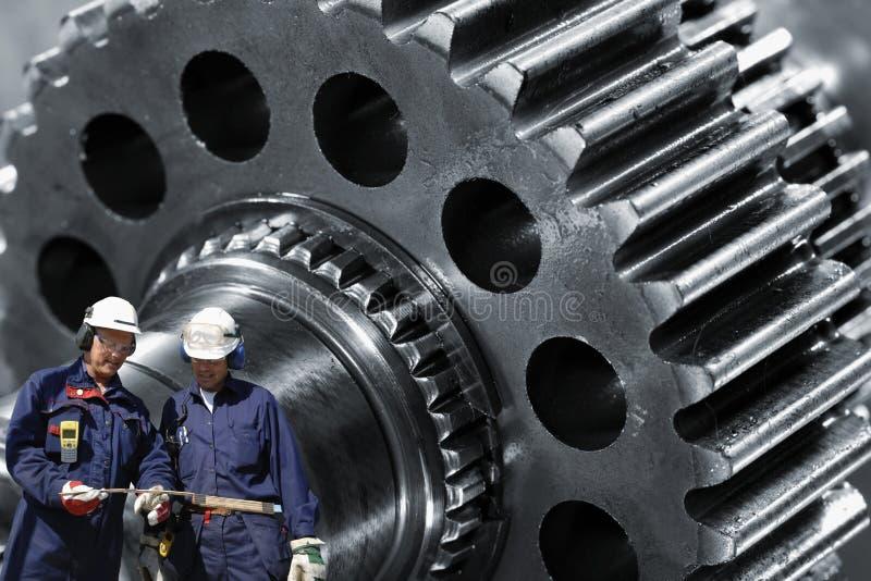 Engrenagens e trabalhadores de aço fotografia de stock royalty free