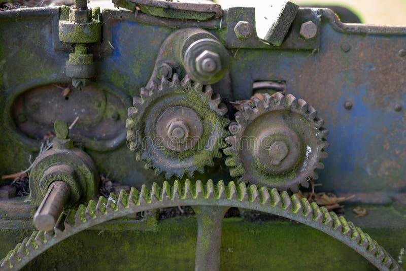 Engrenagens oxidadas velhas A engrenagem roda dentro o equipamento agrícola imagens de stock royalty free