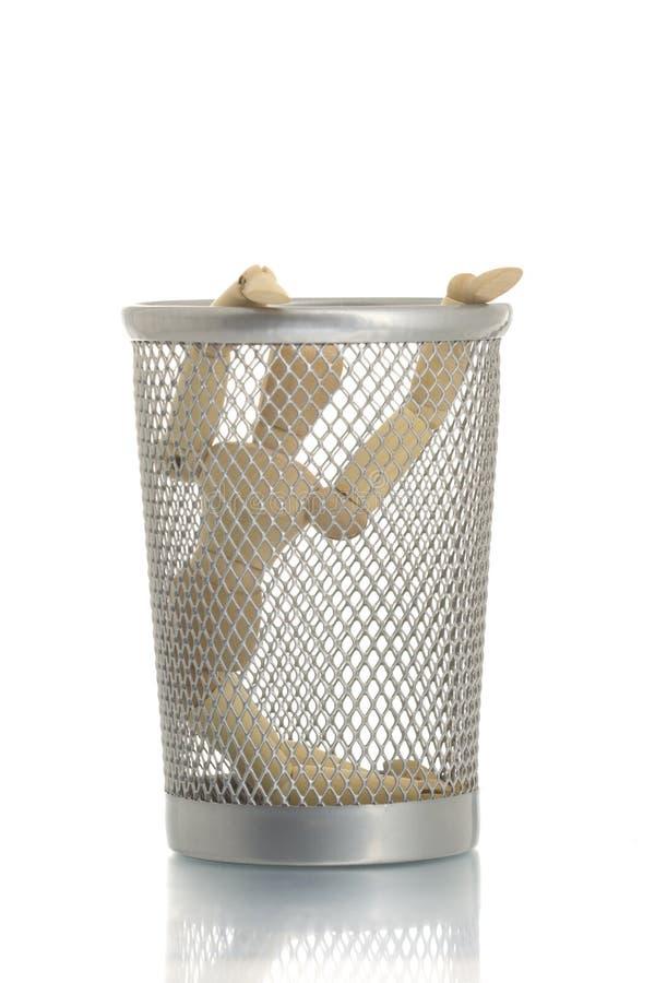 Engrene o escaninho de lixo com o manequim fotos de stock