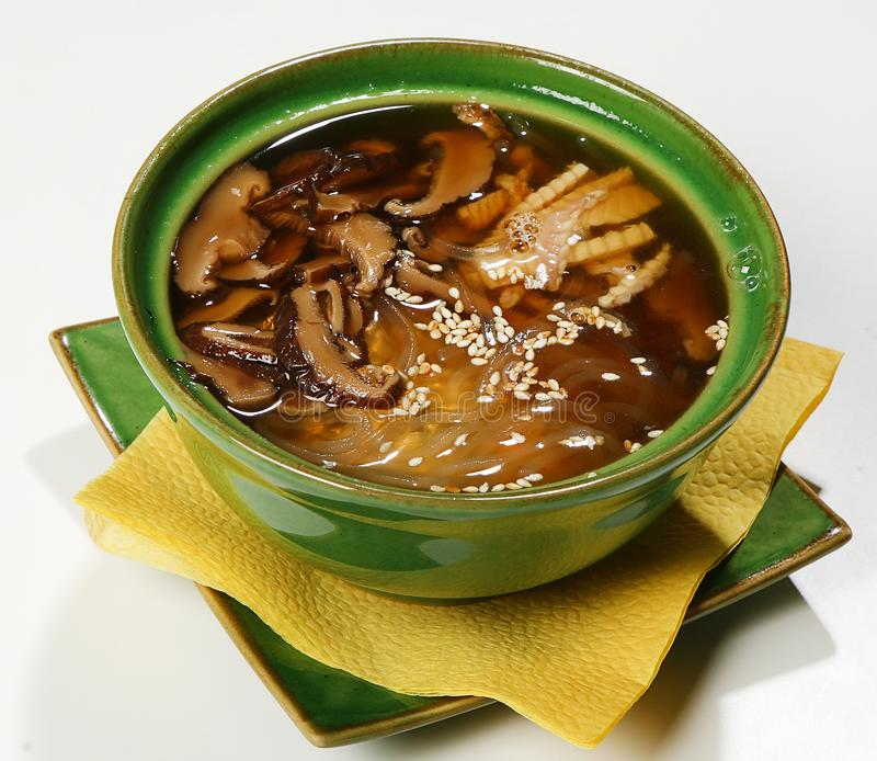 Enguia fumado da sopa polinésia, shitaki, alga de Wakame, sésamo, macarronetes do harusame, alho-porro imagem de stock