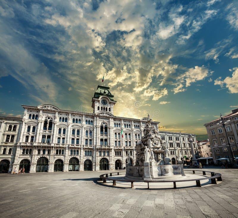 Enhet av den Italien fyrkanten Trieste, Italien Stad och solnedgånghimmel arkivbild