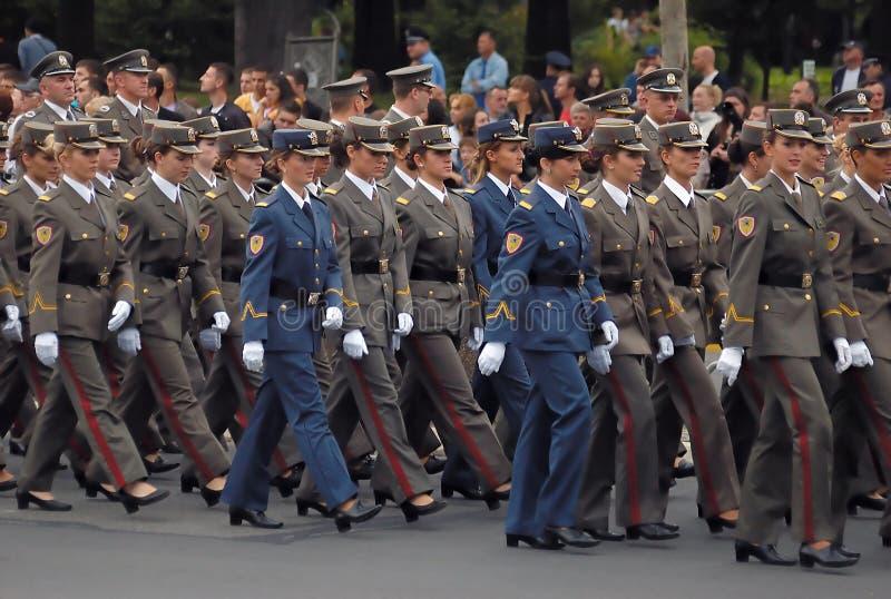 enhet för cadetflickamarsch royaltyfria bilder