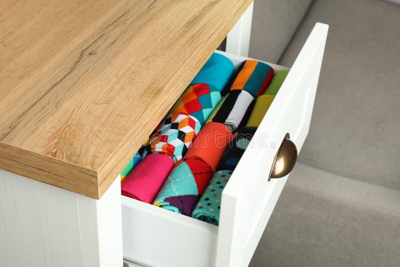 Enhet med olika färgrika sockor arkivfoto