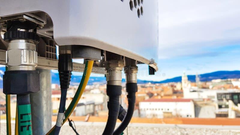 Enheter f?r radio f?r ny f?r radio 5G telekommunikationsutrustning f?r n?tverk monterade smarta p? metalltorn arkivbild