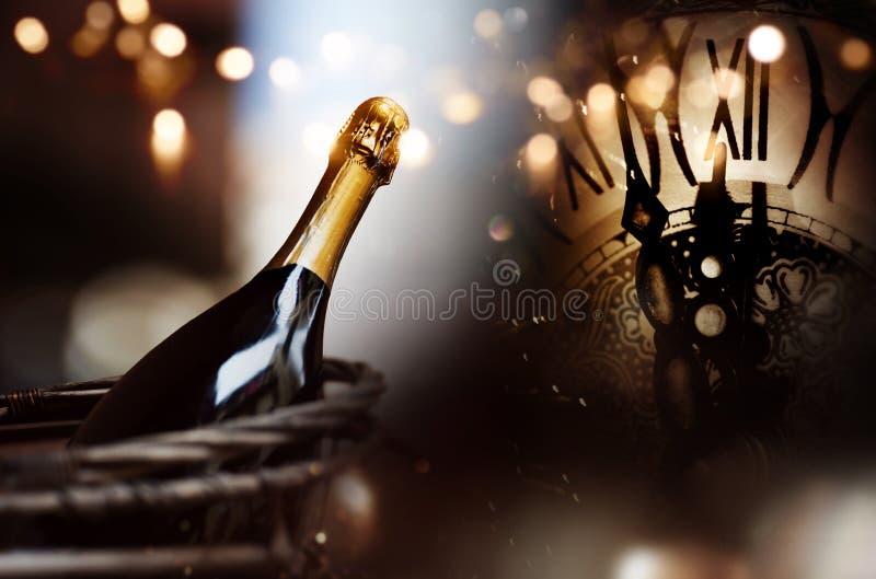 Enhorabuena con un champán y un reloj de la botella por Año Nuevo foto de archivo libre de regalías
