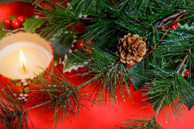 Enhorabuena de la Feliz Navidad o de la Feliz Año Nuevo con las velas rojas del regalo y del árbol de navidad del fondo fotografía de archivo libre de regalías
