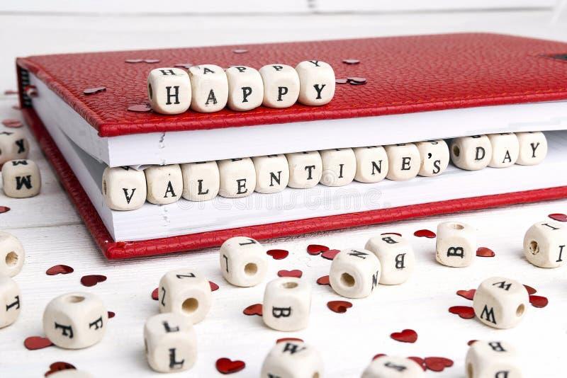 Enhorabuena del día del ` s de la tarjeta del día de San Valentín del St escrita en bloques de madera adentro fotos de archivo libres de regalías