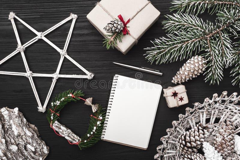 Enhorabuena el vacaciones de invierno, un árbol de abeto con el cono, objetos decorativos artístico adornados imagen de archivo libre de regalías