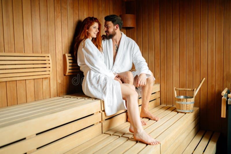 Enhoying wellnesshelg för härliga par i hotell arkivbild