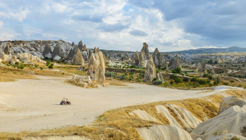 Enig die ATV-voertuig in wilde vallei in Cappadocia wordt geparkeerd royalty-vrije stock fotografie