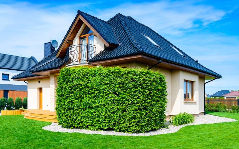 Enig familiehuis tegen blauwe hemel stock fotografie