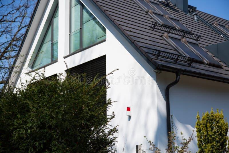 Enig huis met alarmsysteem royalty-vrije stock afbeelding