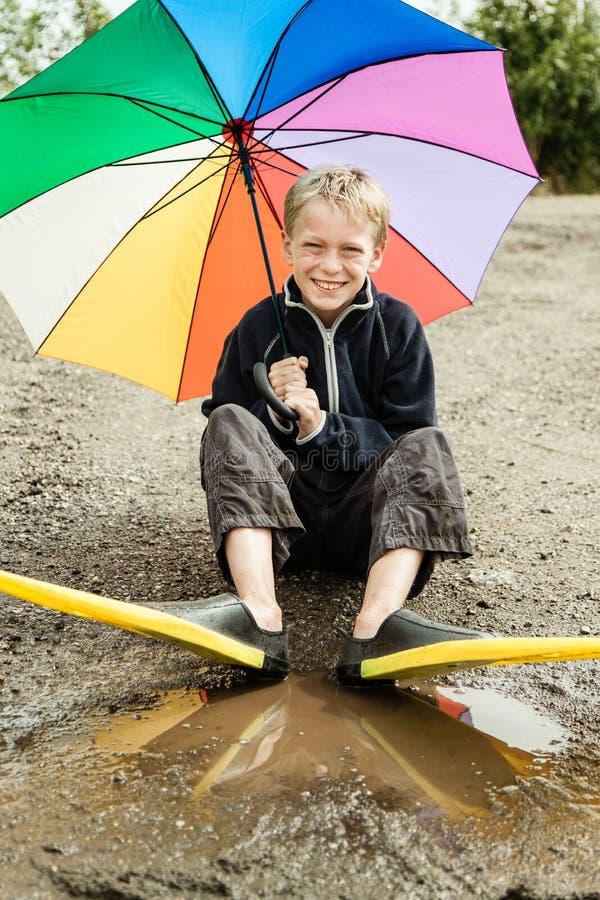 Enig kind in het duiken vinnen en paraplu stock foto