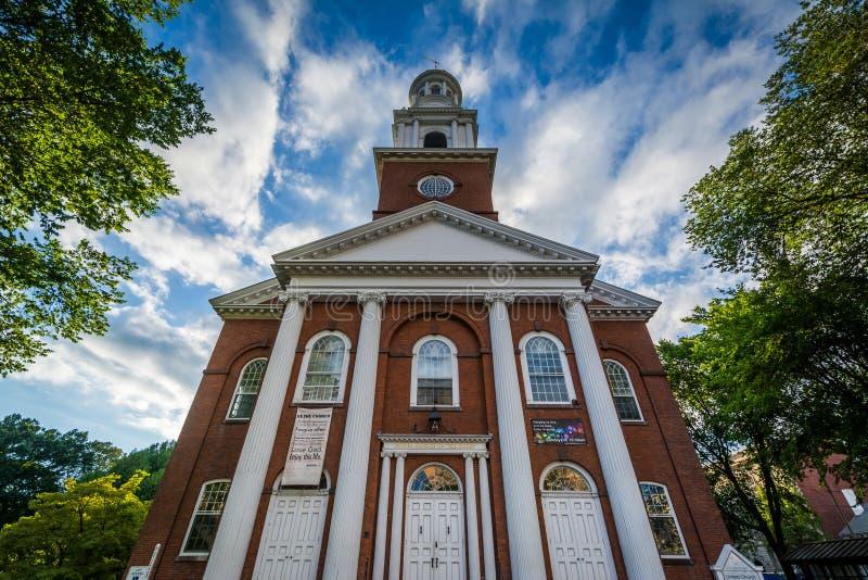 Enig kyrka på gräsplanen i i stadens centrum New Haven, Connecticut arkivbild