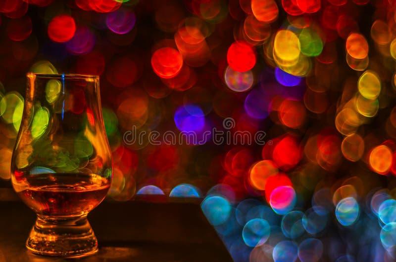 Enig mout proevend glas, enige moutwisky in een glas, bokeh stock afbeeldingen