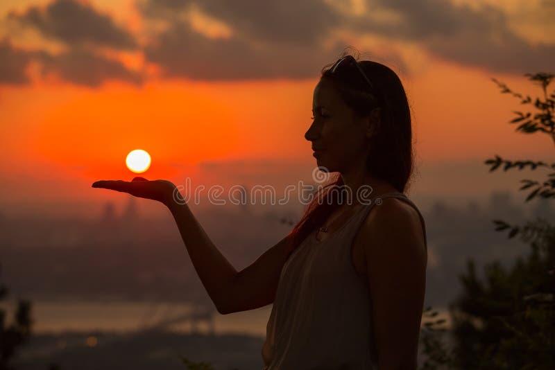 Enig volwassen vrouwensilhouet bij zonsondergang royalty-vrije stock foto's