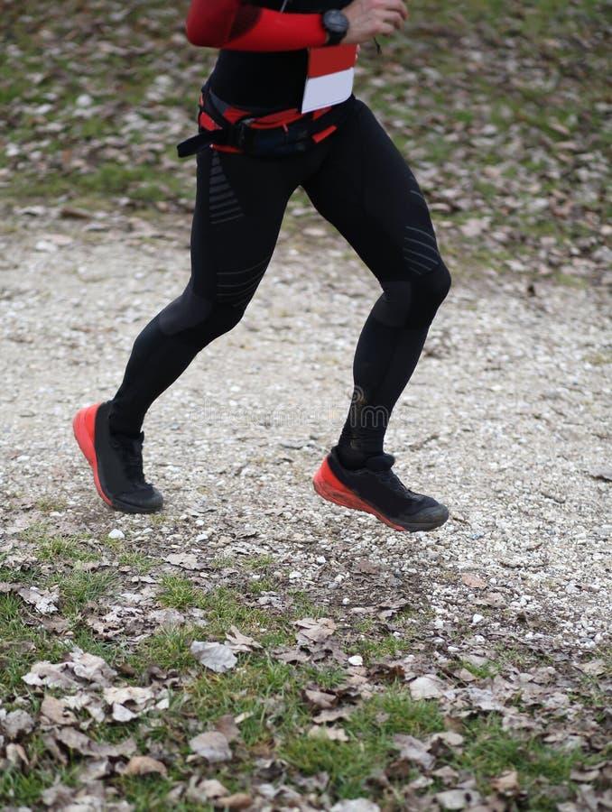 Enige agent die in landweg tijdens een ras lopen stock afbeelding