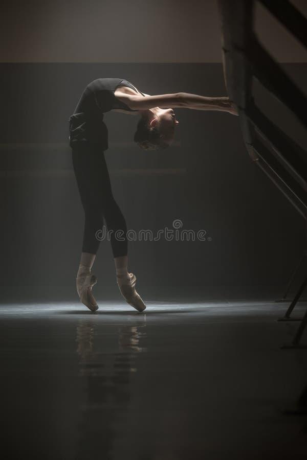Enige ballerina in de klassenruimte stock afbeelding