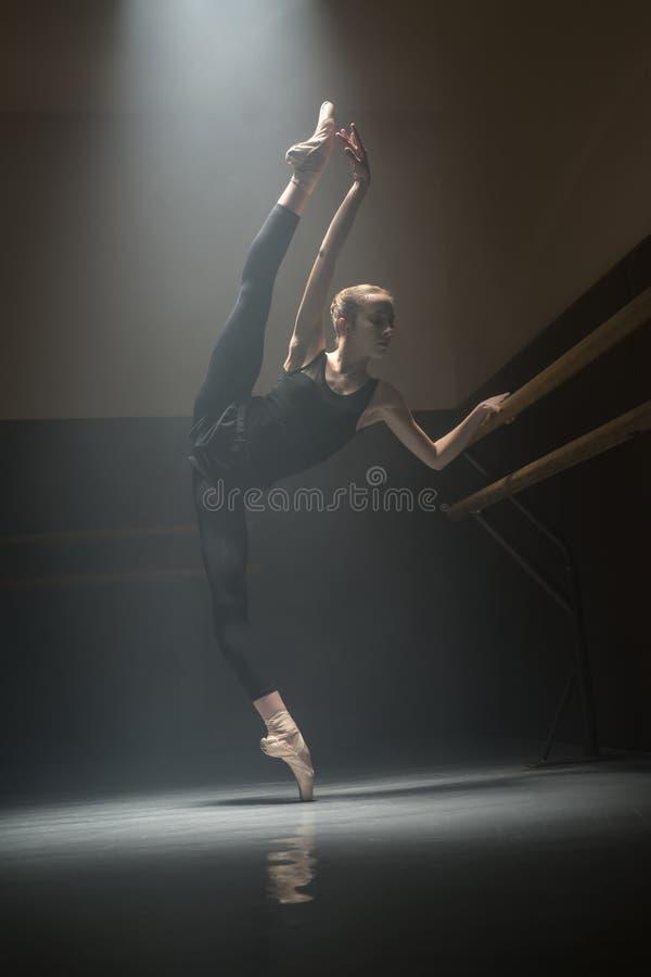 Enige ballerina in de klassenruimte stock foto