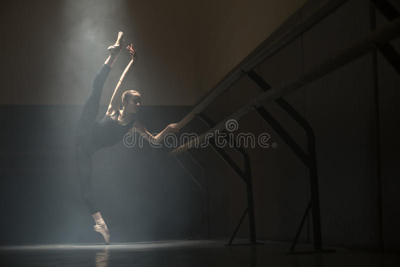 Enige ballerina in klassenruimte royalty-vrije stock fotografie