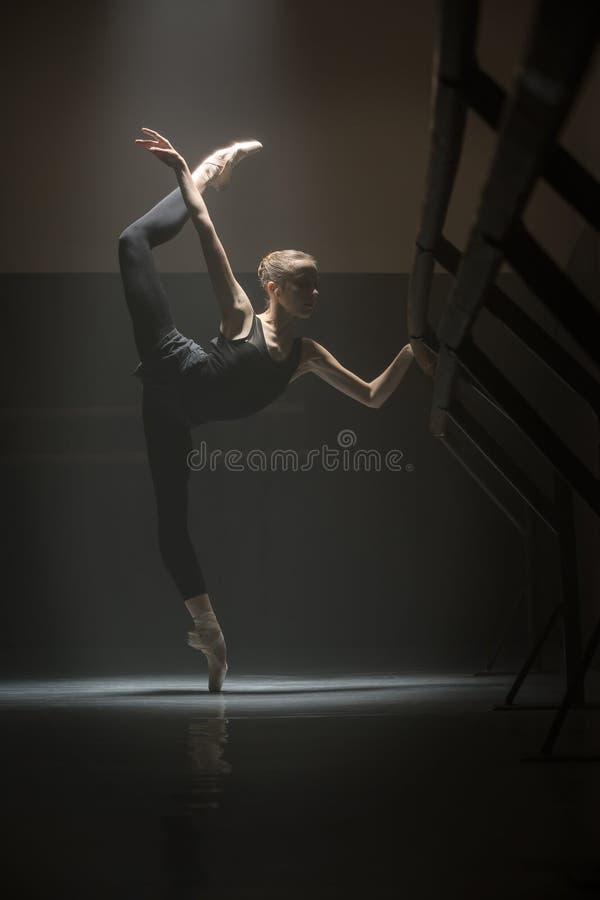 Enige ballerina in klassenruimte stock afbeeldingen