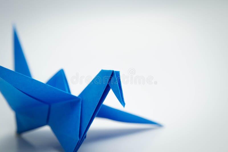 Enige blauwe die vogelorigami op witte dicht wordt geïsoleerd royalty-vrije stock foto