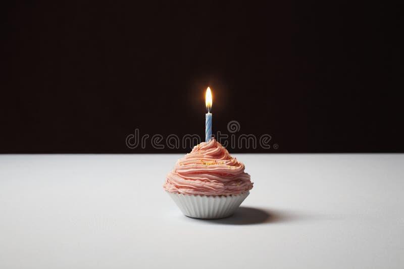 Enige Cupcake met Verjaardagskaars stock fotografie