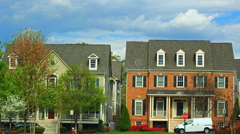 Enige Familiehuizen met Kelderverdieping royalty-vrije stock foto's