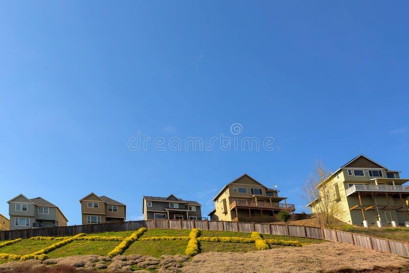 Enige Familiehuizen op Helling in Buurt In de voorsteden royalty-vrije stock afbeelding