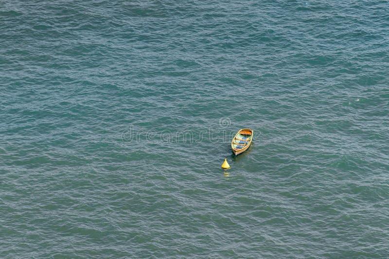Enige gele boot in het overzees stock foto's