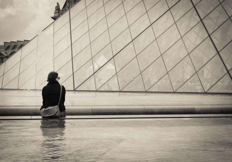 Enige jonge vrouw in Parijs. stock afbeelding